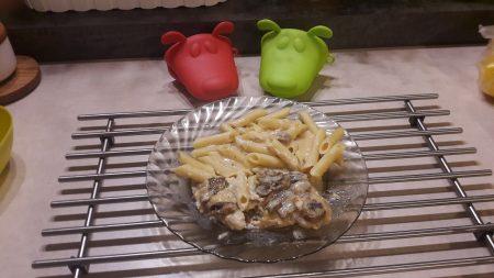 Kurczak w beszamelu z makaronem i pieczarkami
