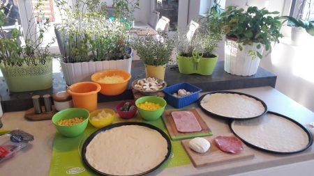 Przygotowanie pizzy z różnymi składnikami