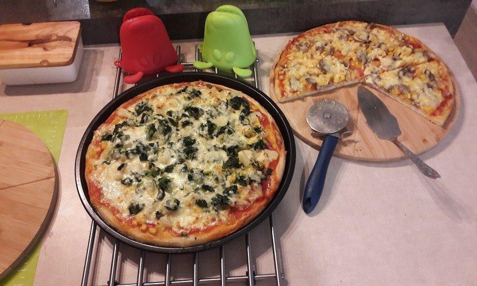 Pizza hawajska oraz pizza z szynką i pieczarkami