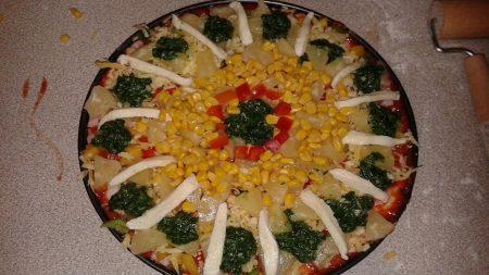 Pizza ze szpinakiem, ananasem i mozzarellą
