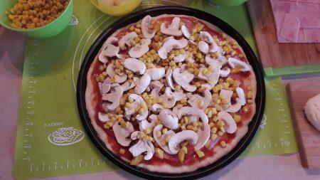 Pizza z pieczarkami,szynką i kukurydzą