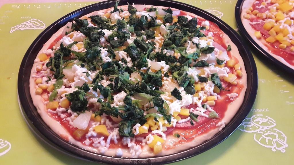 Pizza ze szpinakiem i mozzarellą