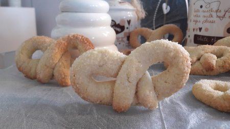 Słodkie litewskie precle z kruchego ciasta