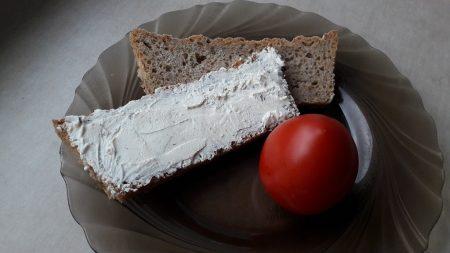Chleb pszenno-razowy z serkiem i pomidorem
