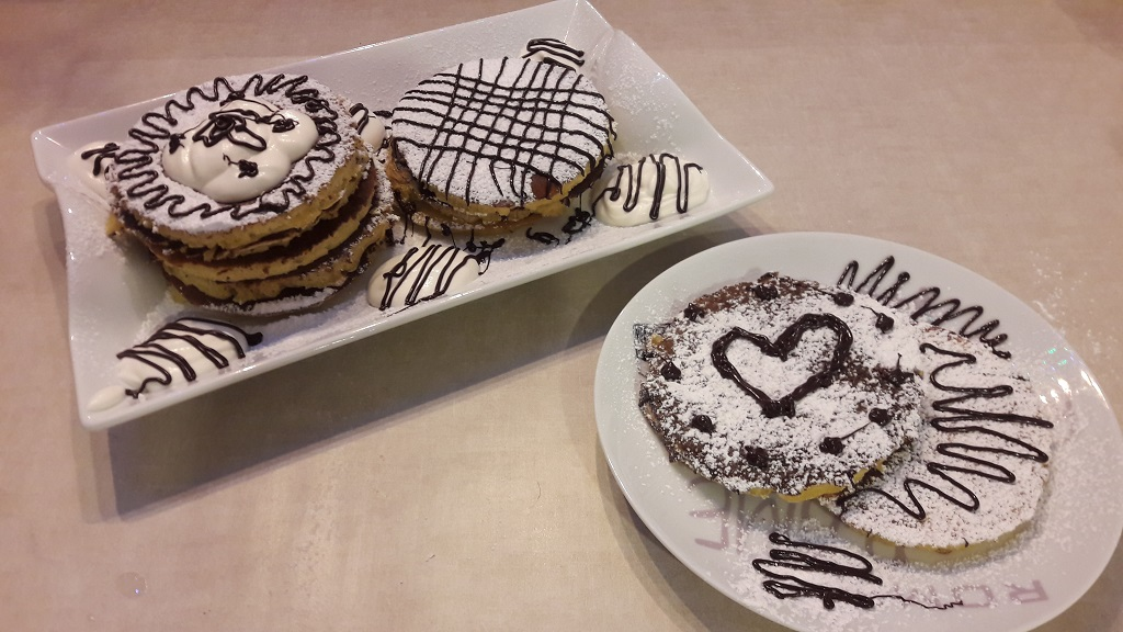 Pancakes z bitą śmietaną i czekoladą