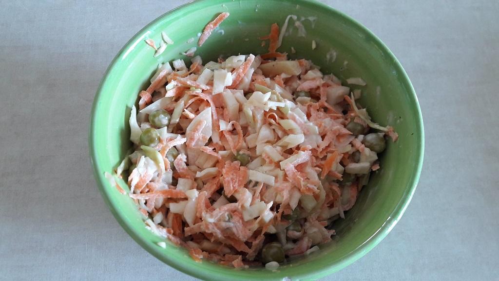 Sałatka majonezowa z kapusty, marchwi i groszku