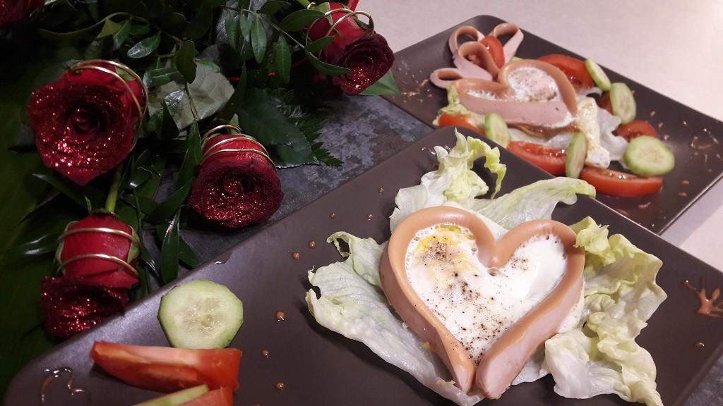 Parówki z jajkiem sadzonym w kształcie serduszka