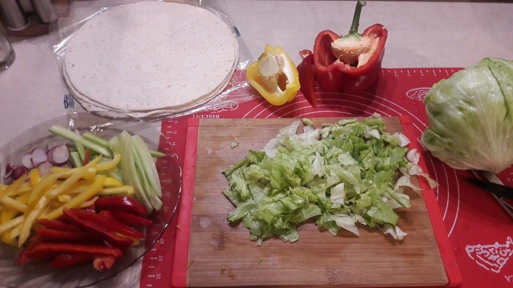 Tortilla z kurczakiem w sosie chrzanowym, pomidorowym i czosnkowym