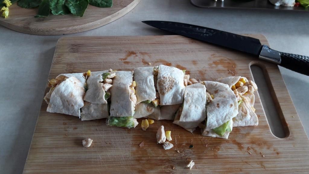 Roladki z tortilli z kurczakiem, sałatą i kukurydzą