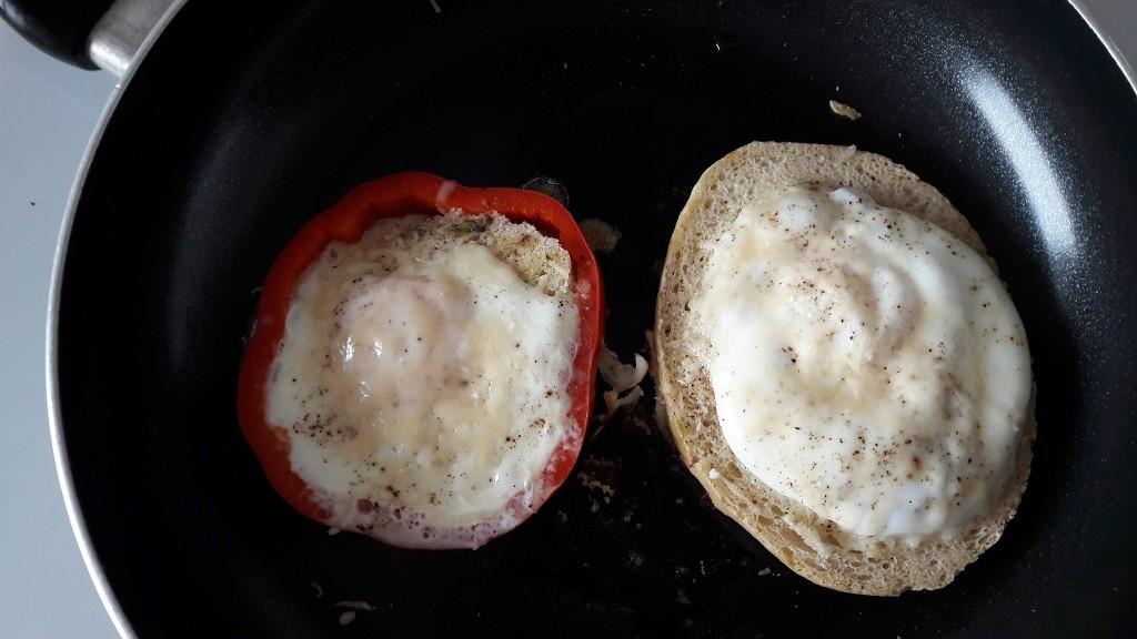 Jajka sadzone z awokado i papryką
