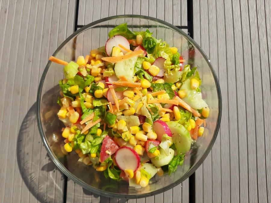 Lekka sałatka z rzodkiewką i kukurydzą