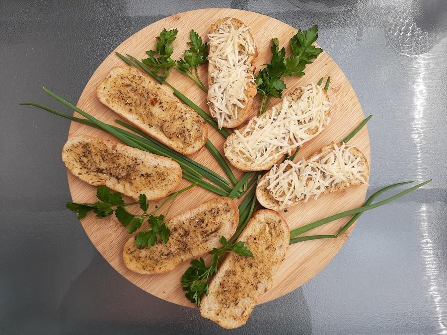 Pieczywo ziołowe z grilla (z serem lub bez)