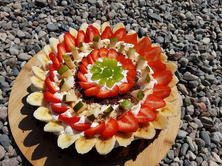 Wilgotne ciasto czekoladowe z bitą śmietaną i owocami