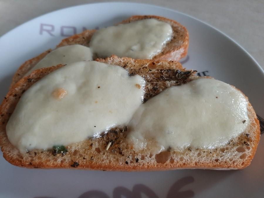 Grzanki z mozzarellą z grilla lub piekarnika