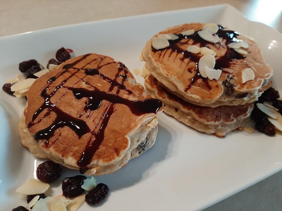 Migdałowe pancakes z żurawiną i rodzynkami