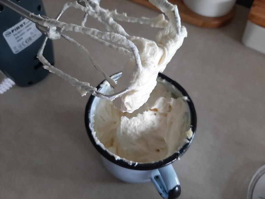 Deser w pucharkach z bitą śmietaną, galaretką i kremem mascarpone