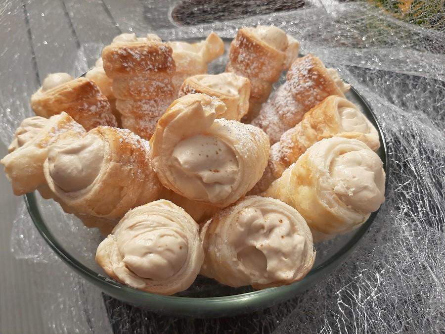 Rurki z ciasta francuskiego z kremem kawowym
