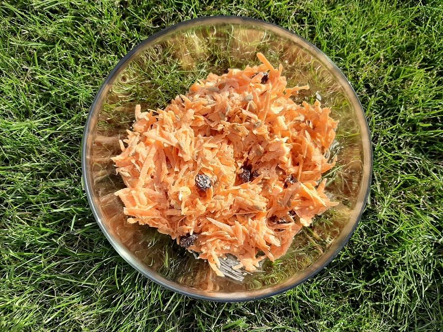 Sałatka z marchewki, rodzynek i słonecznika