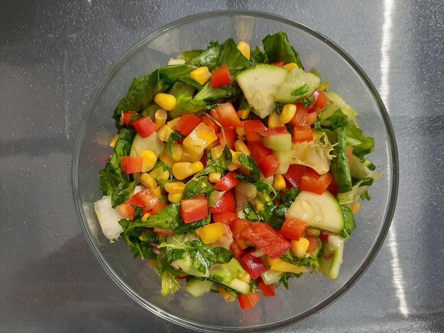Sałatka z mixem sałat, papryką i kukurydzą
