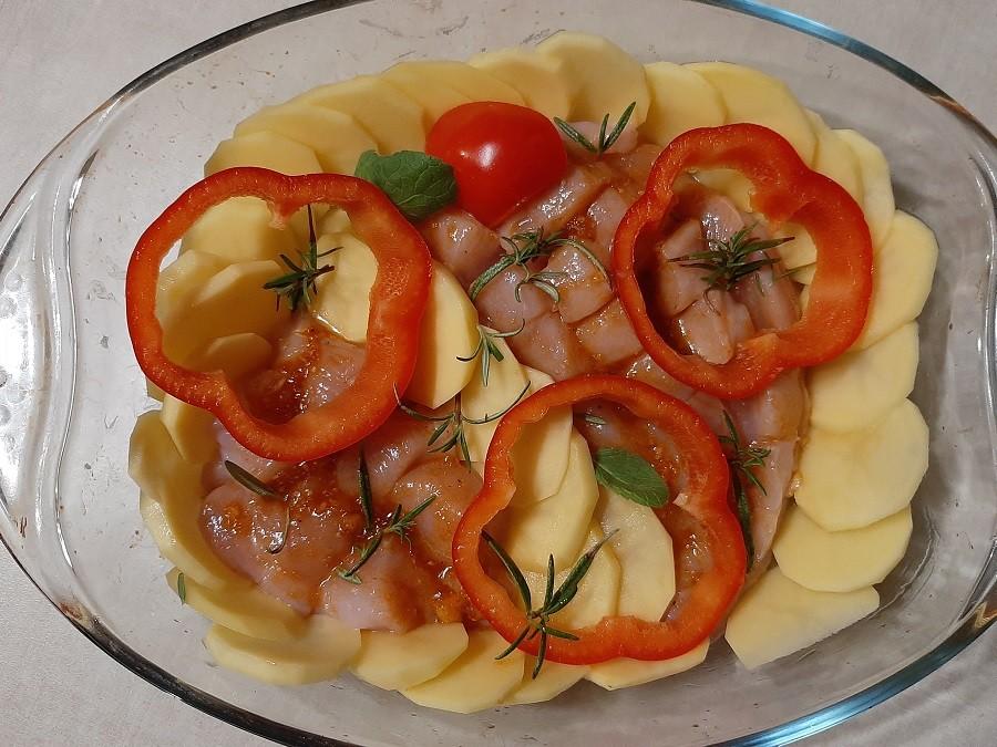 Delikatne piersi kurczaka pieczone z ziemniakami, papryką i rozmarynem