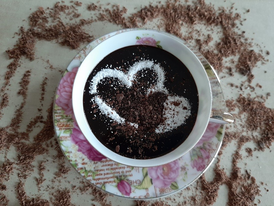 Gęsta gorąca czekolada ze śmietanki i kakao