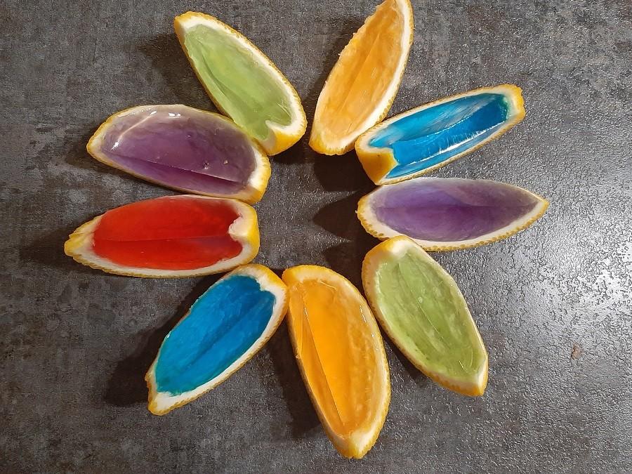 Kolorowe galaretki w skórce pomarańczy