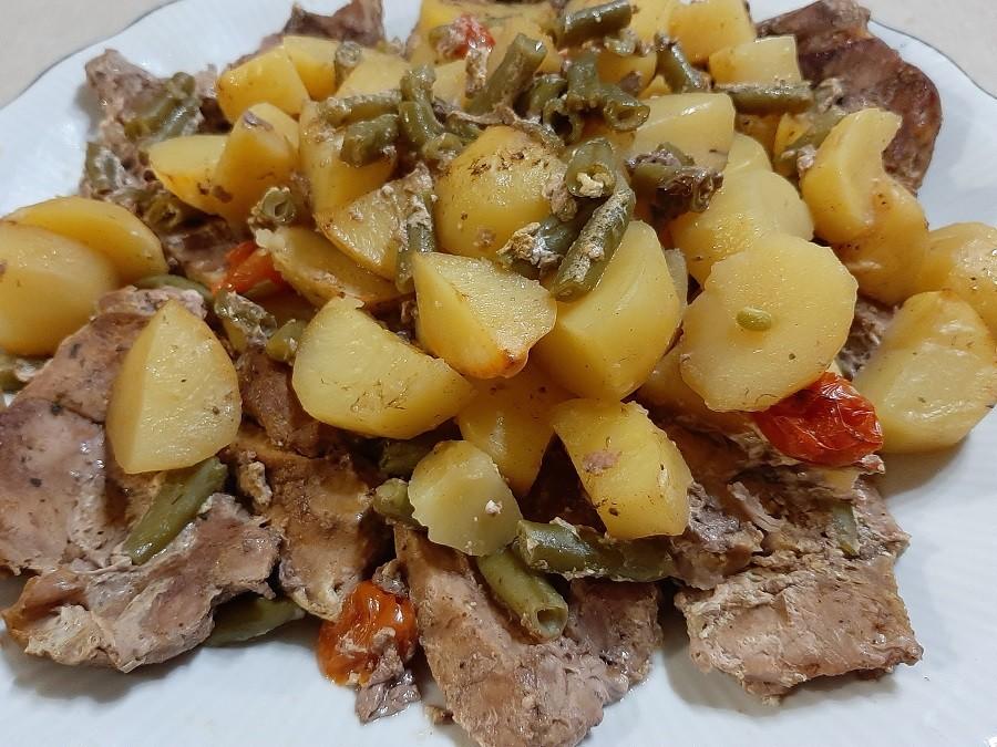 Pieczona łopatka z ziemniakami i fasolką szparagową