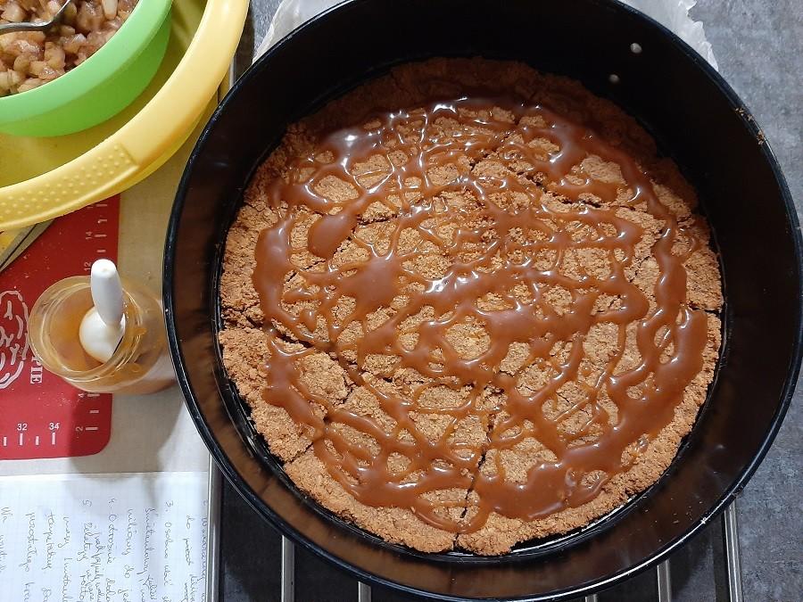 Tort serowy z solonym karmelem i blanszowanymi jabłkami