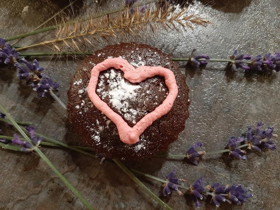 Wilgotne babeczki czekoladowe z cukinią i kremem