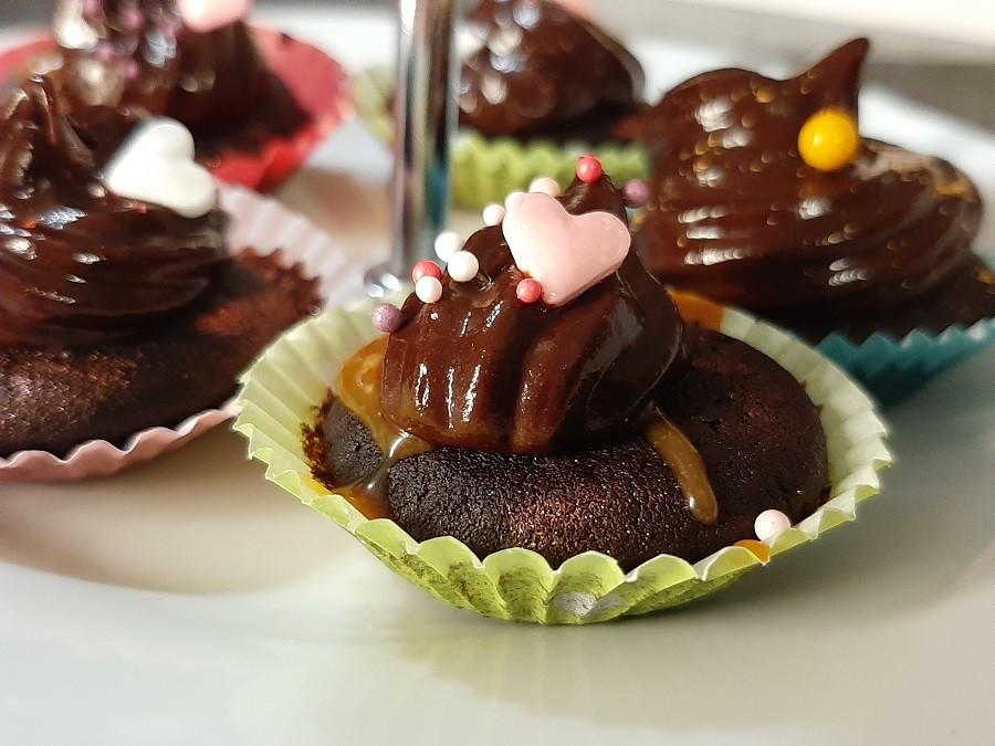 Babeczki z czekoladowym kremem i solonym karmelem