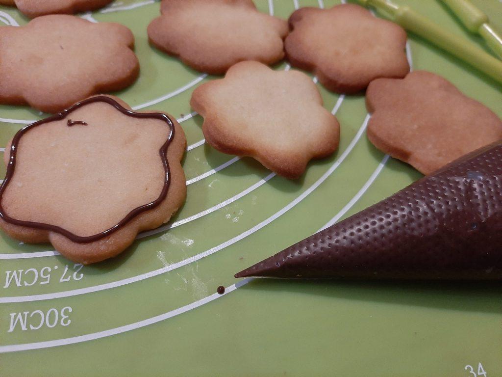 Dekorowanie pierników i ciastek czekoladą