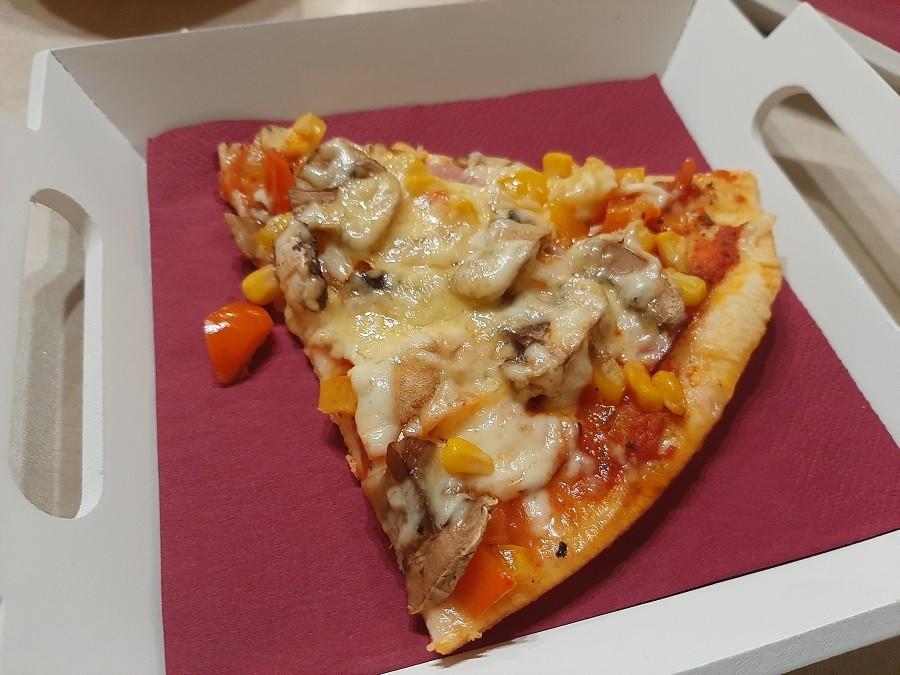 Pizza z szynką i pieczarkami – ciasto z automatu do chleba