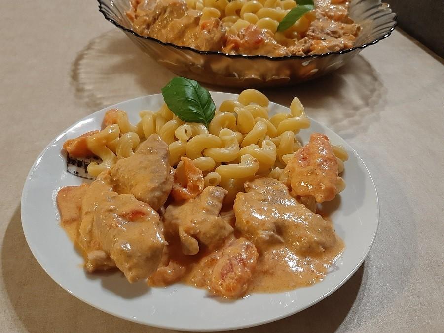 Polędwiczki z makaronem w sosie z pomidorów i mascarpone