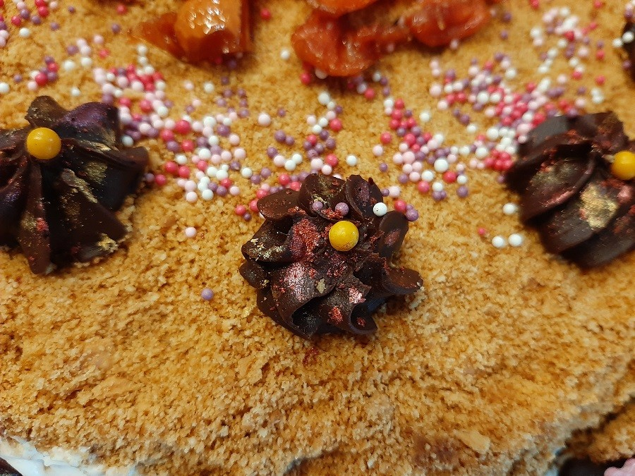 Tort z kremem czekoladowym i masłem orzechowym