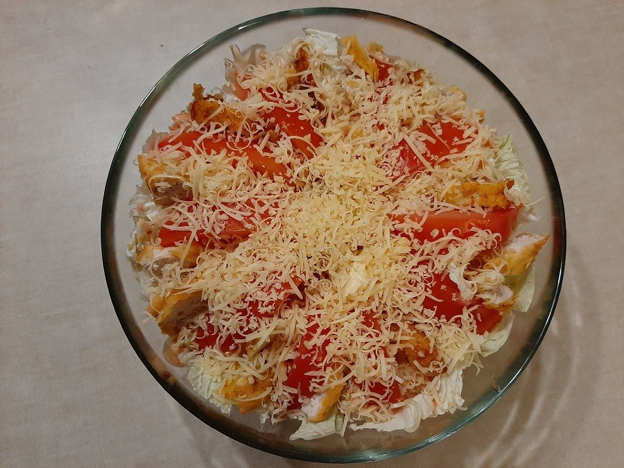 Sałatka z panierowanym kurczakiem i żółtym serem