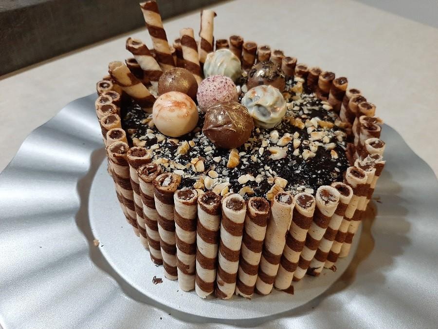 Czekoladowo-truflowy tort z orzechami, solonym karmelem i kremem waniliowym