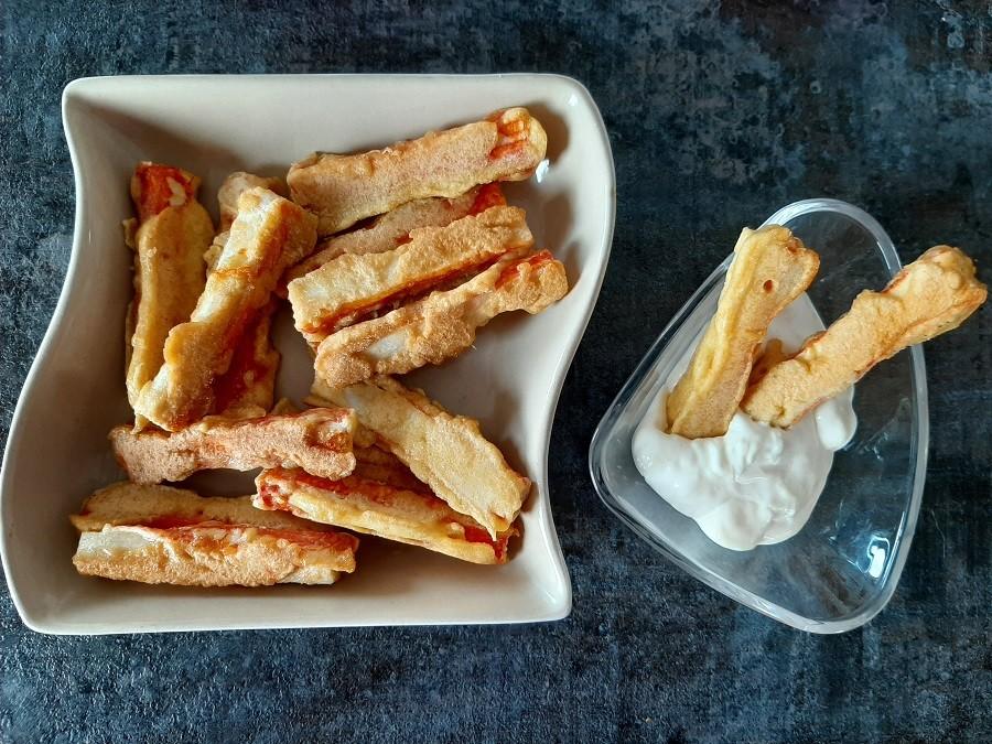 Paluszki surimi w panierce kukurydzianej + sos czosnkowy