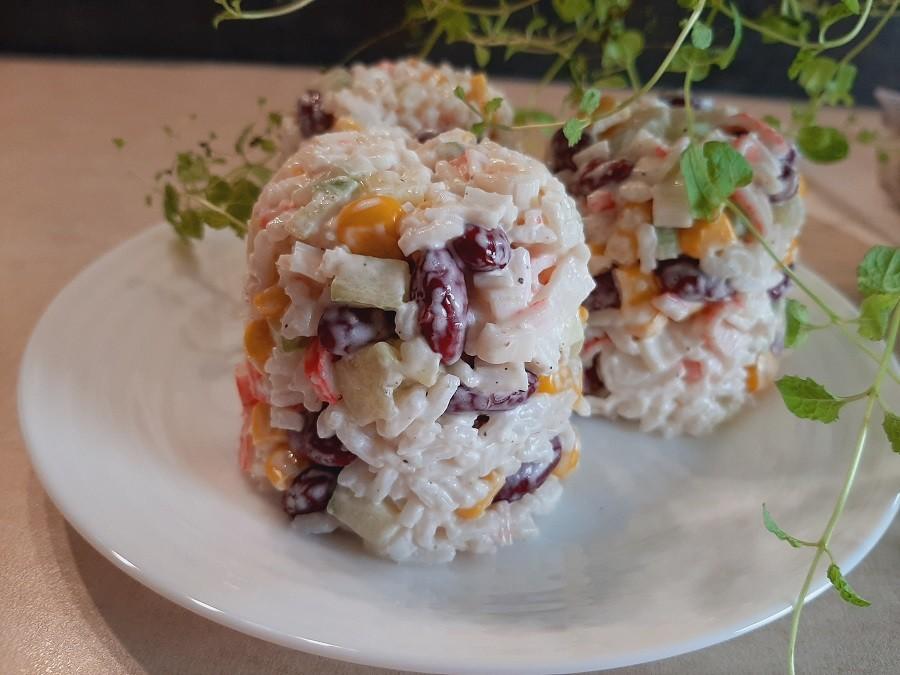 Sałatka z paluszkami surimi i ryżem