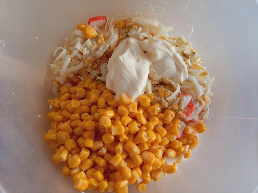 Sałatka z paluszkami surimi, serem i jajkiem