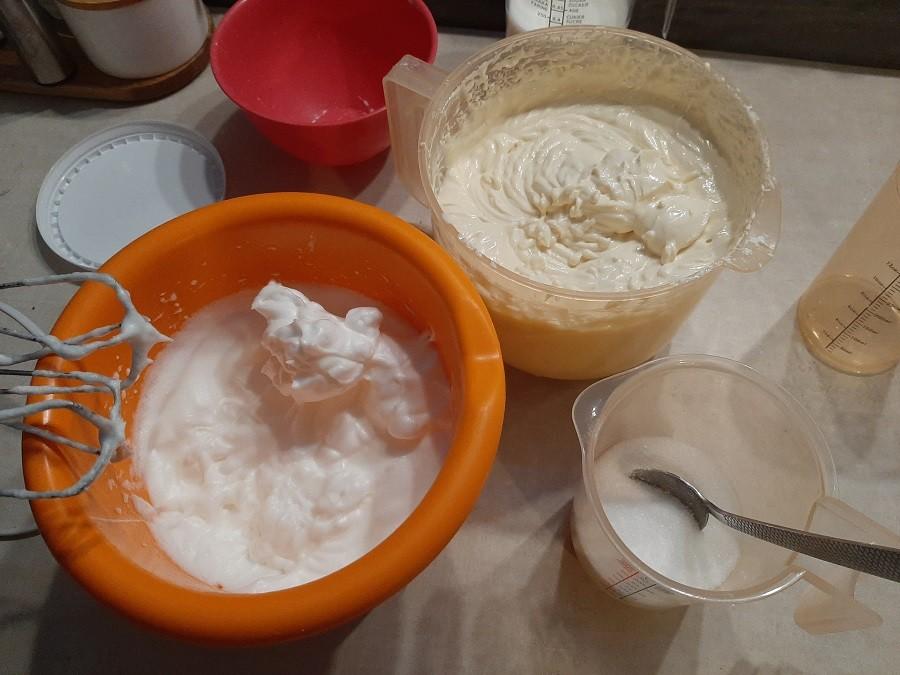 Sernik z polewą karmelową i mlekiem w proszku
