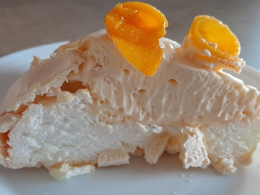 Beza Pavlova z kremem cytrynowym i brzoskwiniami z puszki