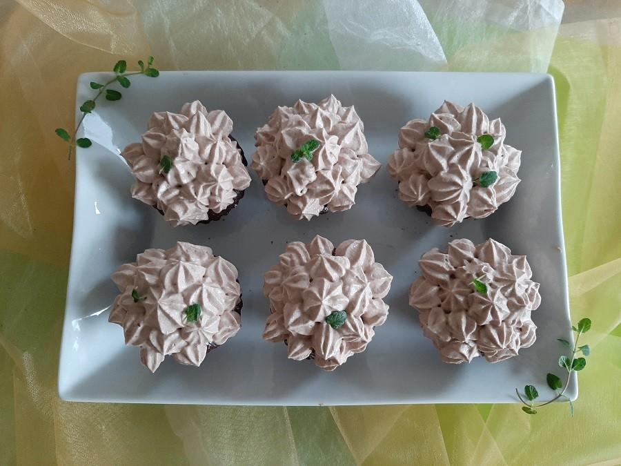 Delikatnie miętowy krem do tortów, deserów i babeczek