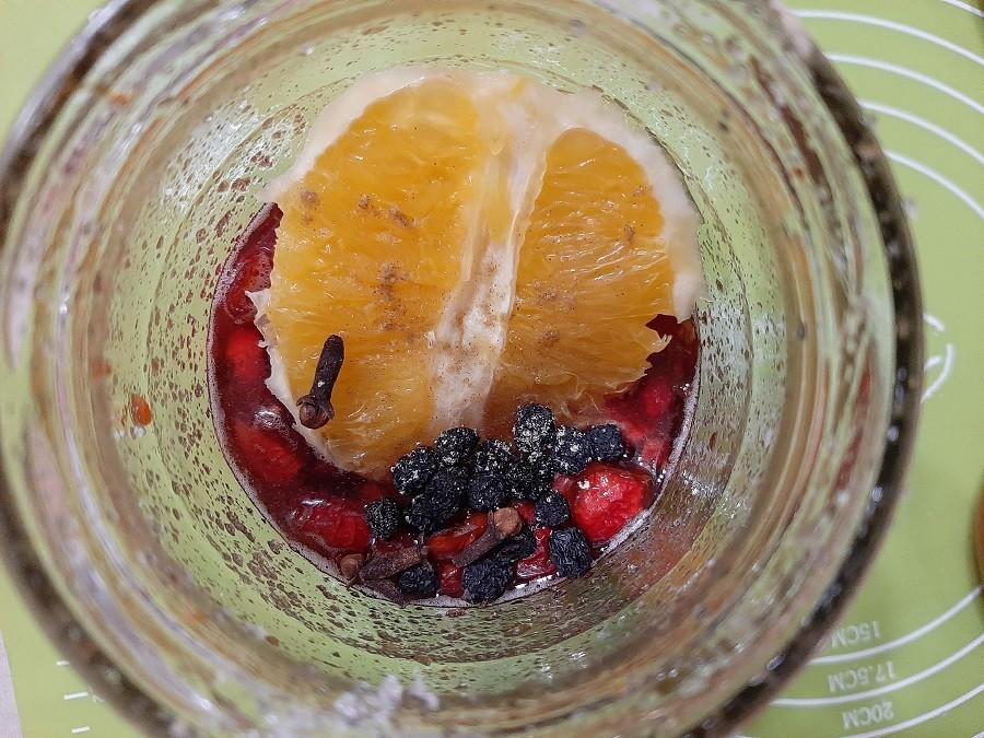 Nalewka z rajskich jabłuszek z pomarańczą, aronią i kardamonem