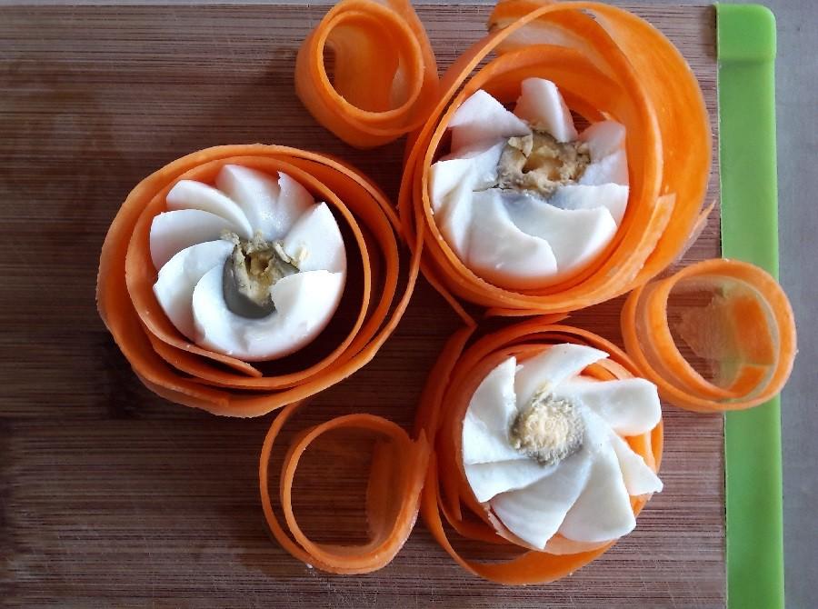Sposób na ozdobne krojenie jajek na świąteczny stół