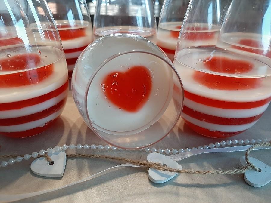 Walentynkowy deser w pucharkach z białej i czerwonej galaretki