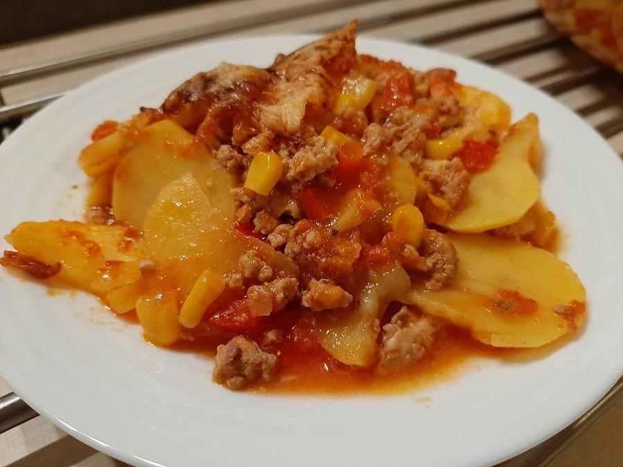 Zapiekanka z ziemniakami i mięsem mielonym w pomidorowym sosie
