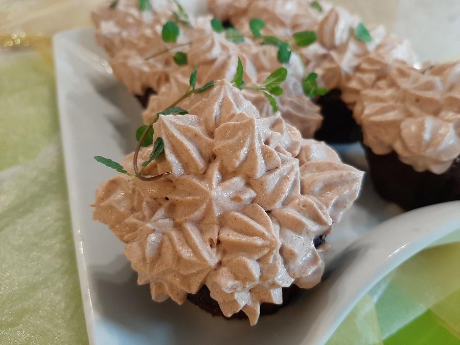Babeczki czekoladowe z miętowym nadzieniem i kremem