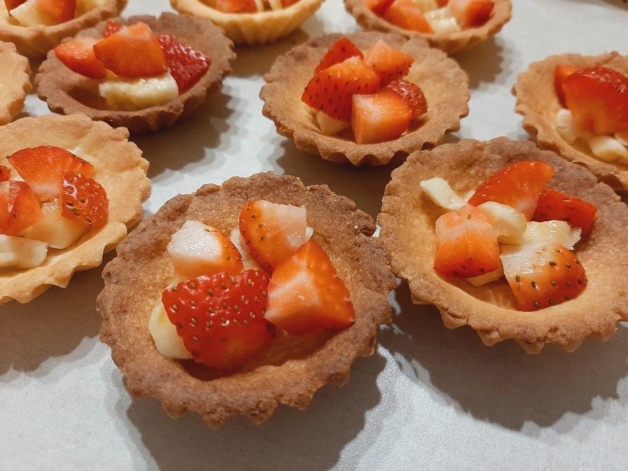 Kruche babeczki z kremem z serka naturalnego i truskawkami