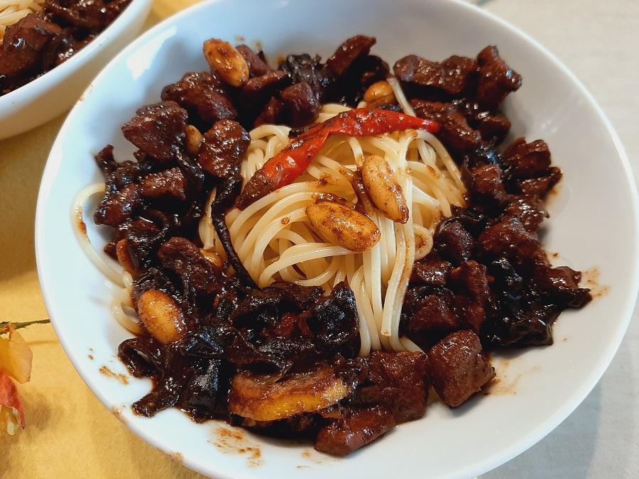 Makaron z kurczakiem i migdałami w sosie cytrynowo-sojowym