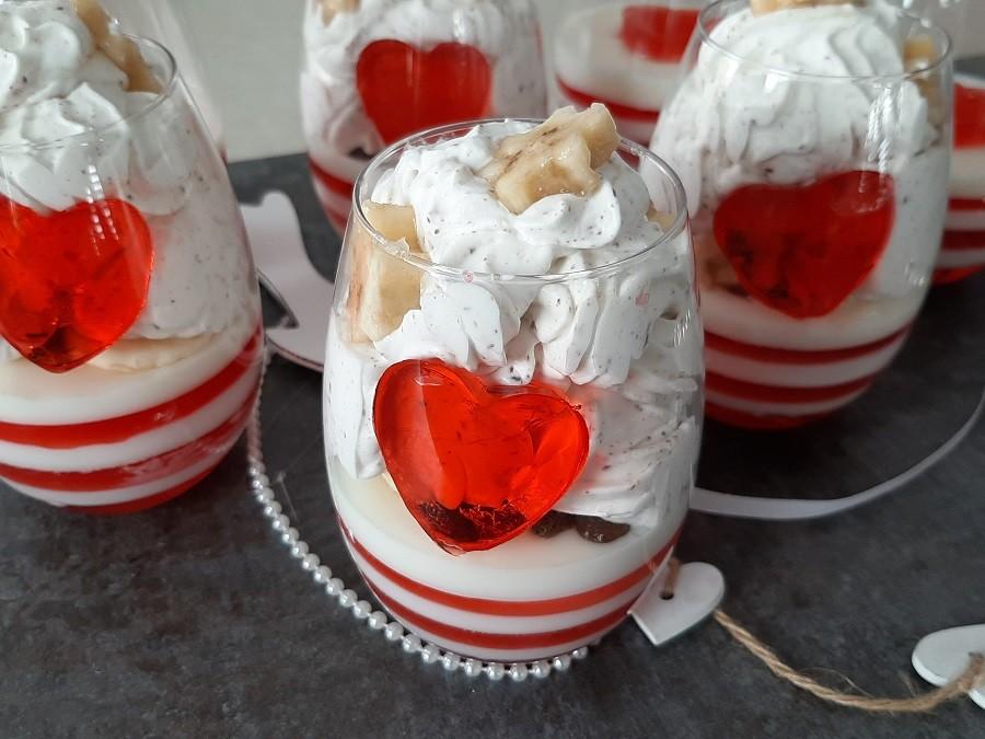 Walentynkowy deser w pucharkach z galaretką, bitą śmietaną i mascarpone